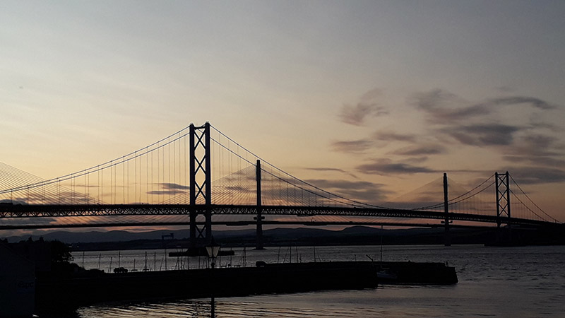 Vue du Forth Road Bridge et du Queensferry Crossing au crépuscule.